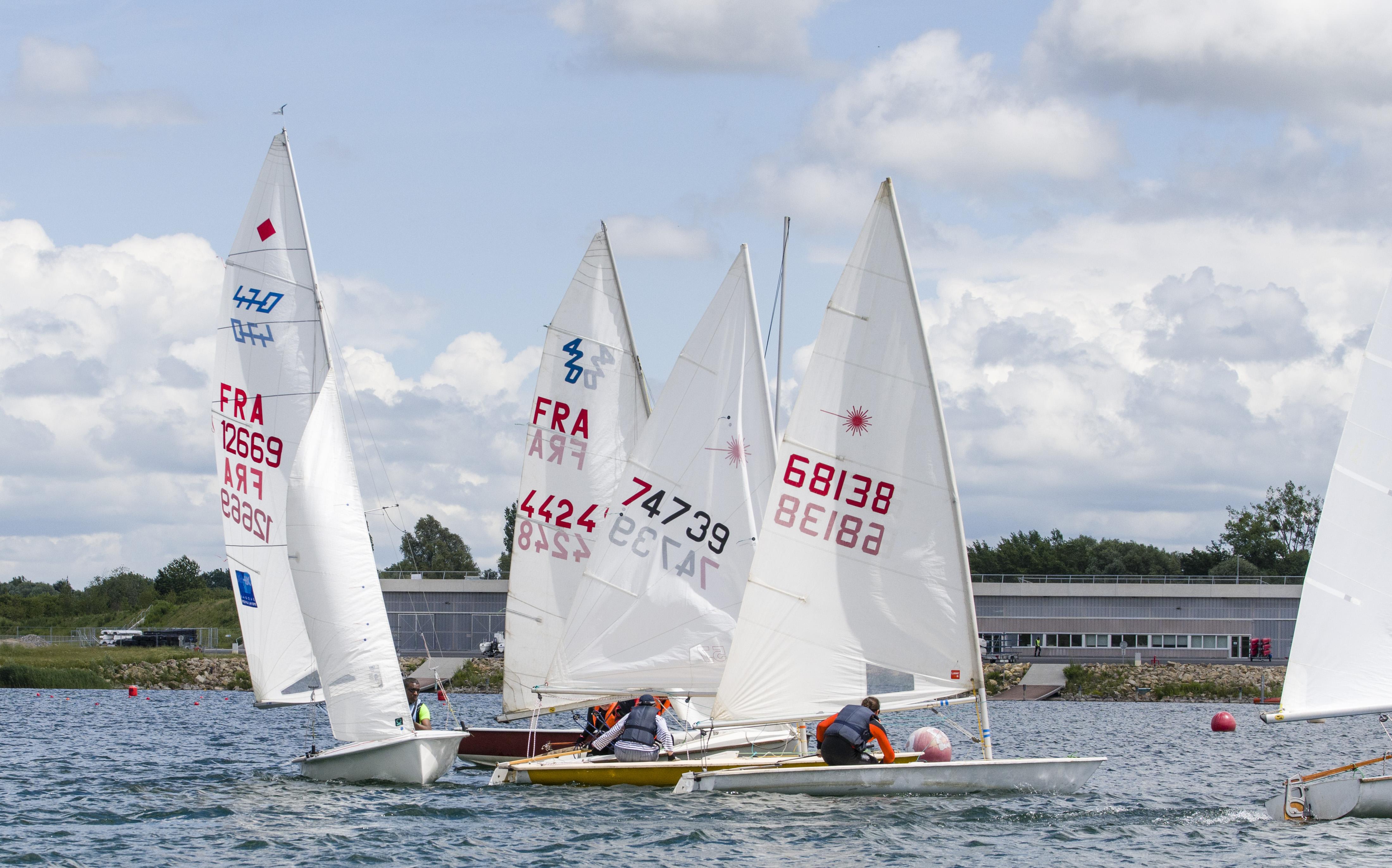 Naviguer les samedis sur dériveurs  Dériveur Double par le Club CNVAIRES affilié à la Fédération Française de Voile